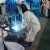 溶接の光(アーク光)を裸眼で直接見てはいけない理由と、それを防ぐ3つの方法